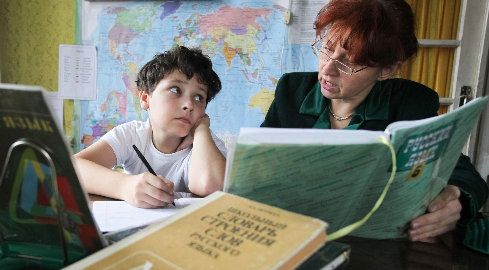 Фото ребенка с учебником 41