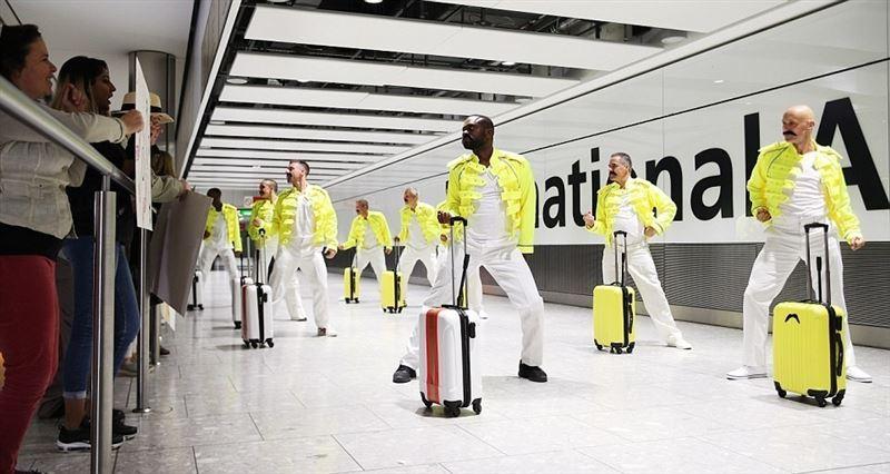 Работники лондонского аэропорта почтили память Фредди Меркьюри танцами