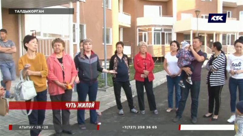 Учителей и врачей Талдыкоргана заселили в дом без газа, света и воды
