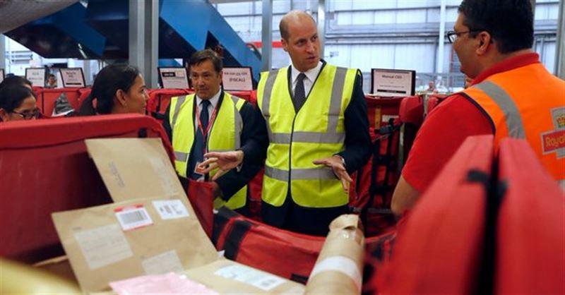 Принц Уильям посетил Международный логистический центр Королевской почты