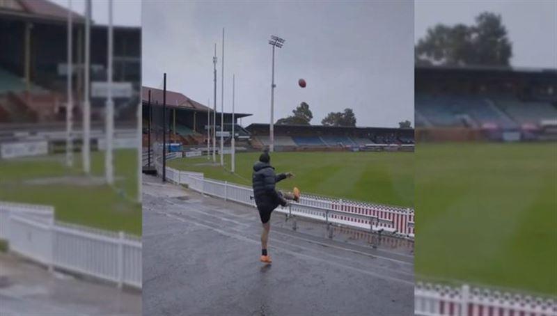 Мяч, который пнул футболист, был поражен молнией