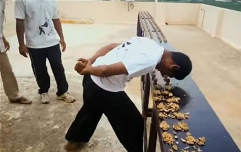 Мировой рекорд. Мужчина расколол головой 217 орехов