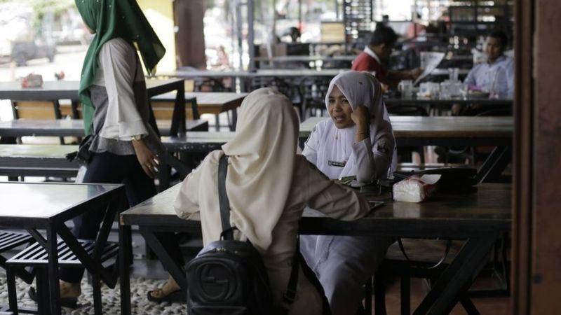 В Индонезии женщинам запретили обедать с мужчинами