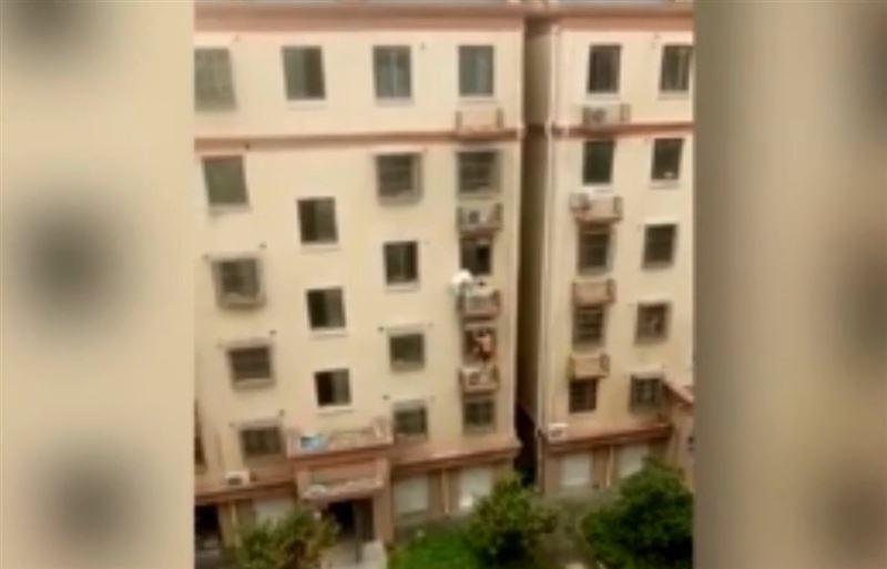 Очевидцы спасли повисшего на балконе малыша в Китае