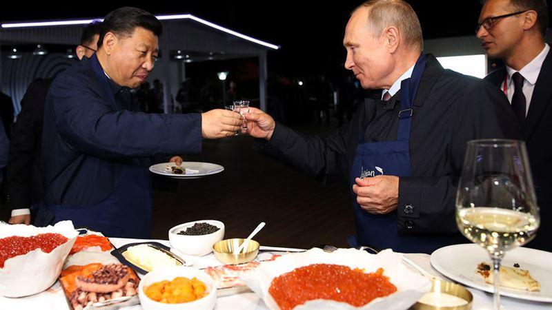 Путин мен Си Цзиньпин құймақ пісіріп, шараптан ұрттады