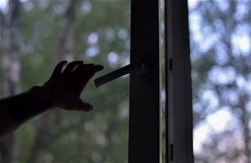 Шымкентте ер адам терезеден секіріп көз жұмды