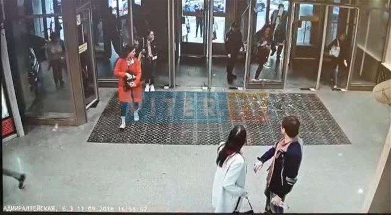 Девушка врезалась головой в стеклянную дверь и разбила ее