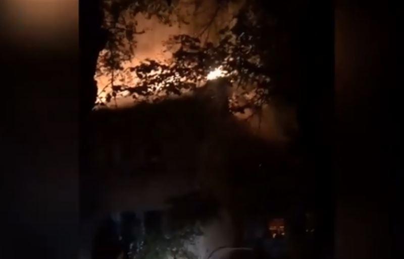 Пожар уничтожил двухэтажный дом в Алматы