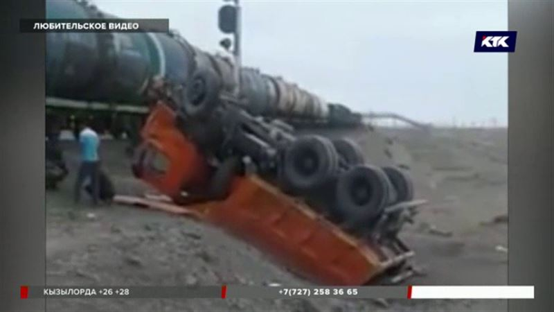 Грузовой поезд столкнулся с КамАЗом