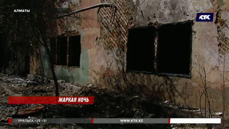 Старая двухэтажка сгорела в Алматы, подозрение пало на бомжей