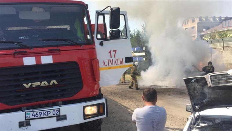 Огонь уничтожил две машины в Алматы