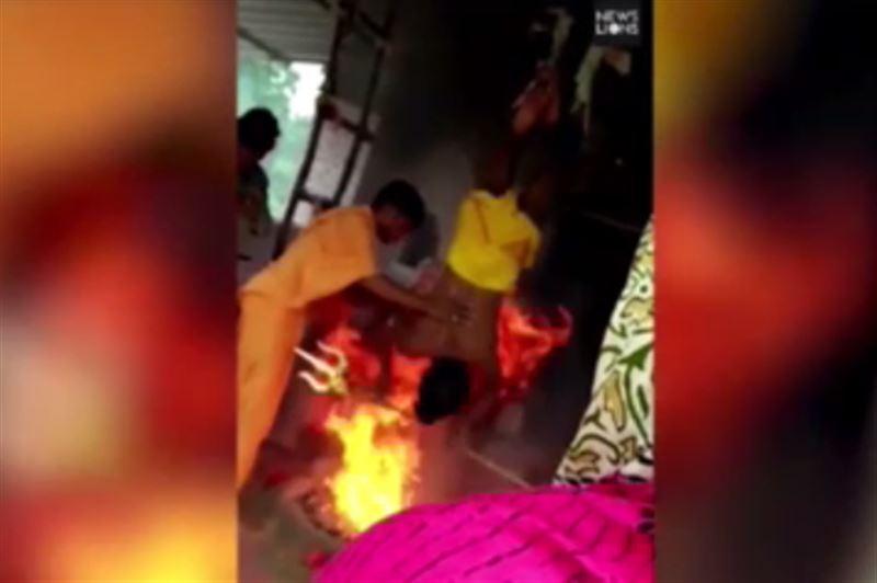 Житель Индии свалился в костер во время ритуала черной магии