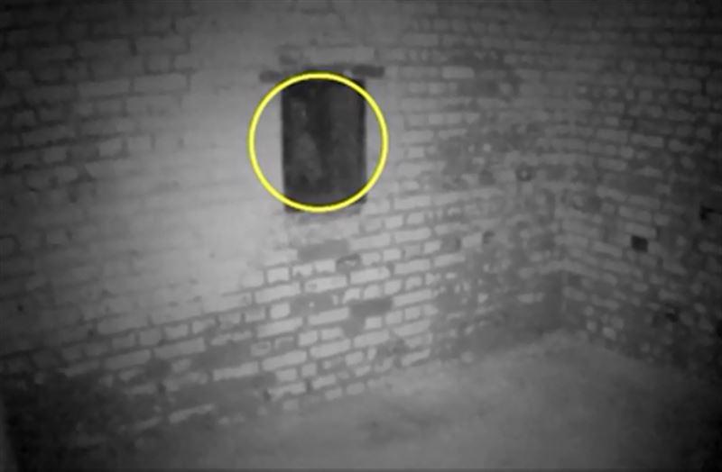 Турист встретился с призраком смотрителя замка