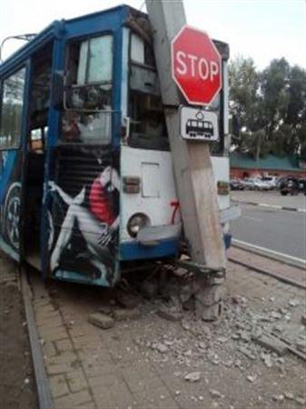 ФОТО: Өскеменде трамвай бағанға соғылды