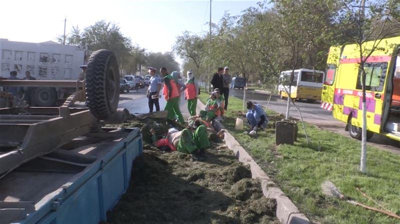 В Шымкенте самосвал снес трактор, пострадали 5 человек