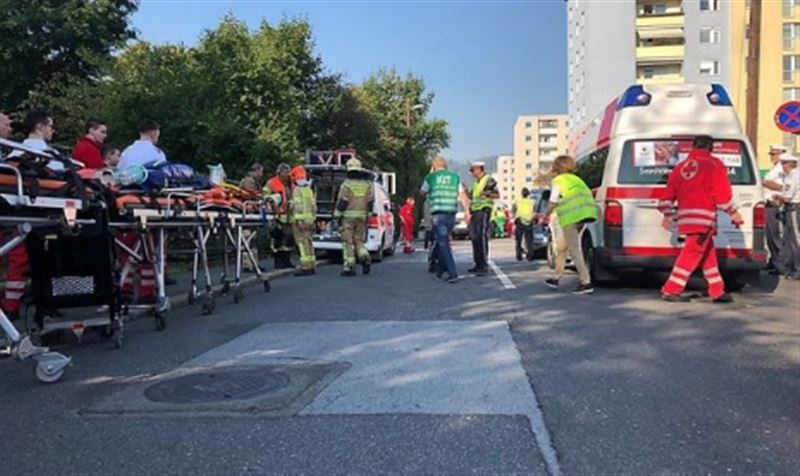 В результате столкновения автобуса и поезда в Австрии погиб человек