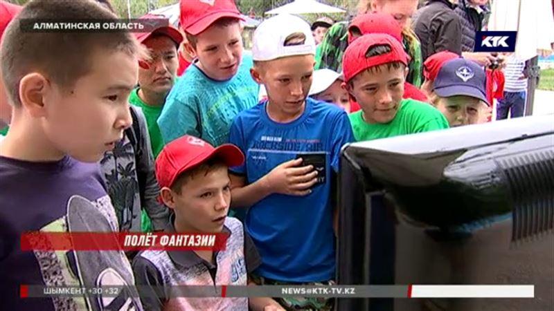 Казахстанские школьники учились управлять самолетом