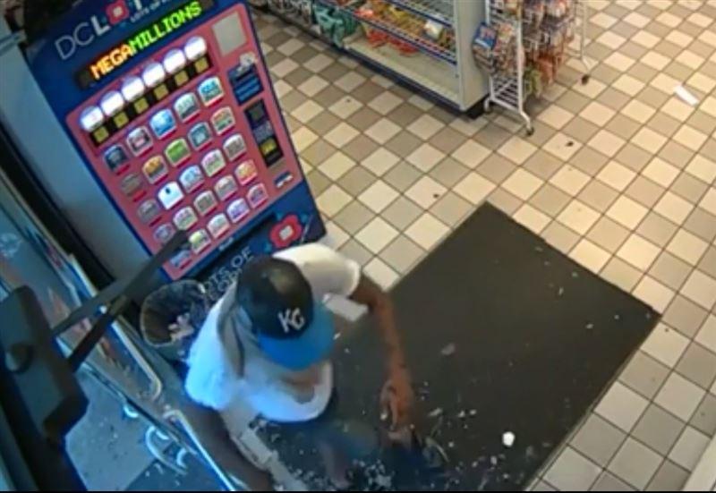 Злоумышленник сбежал из магазина, но оставил награбленное