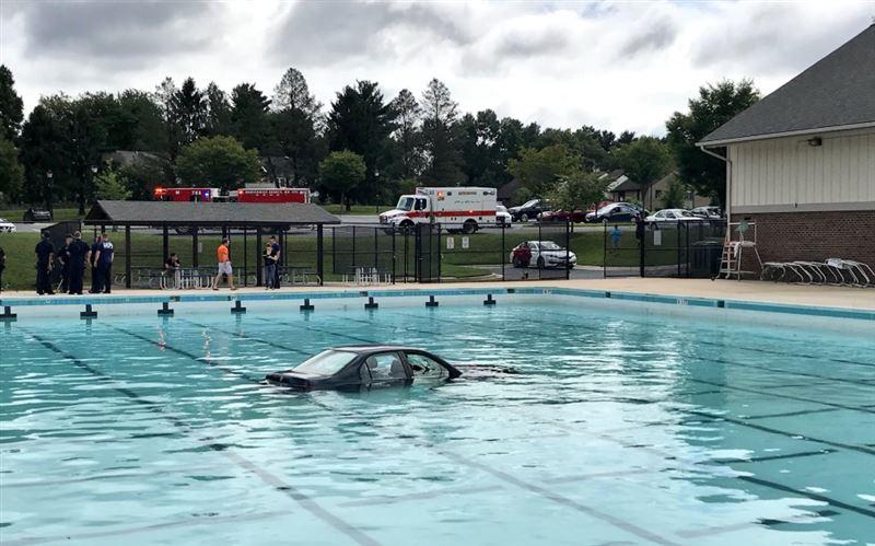 Урок вождения пошел не по плану и закончился в бассейне