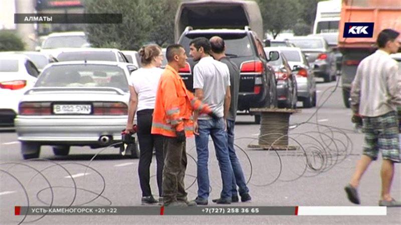 Десять машин оказались в огненном кольце на алматинском проспекте