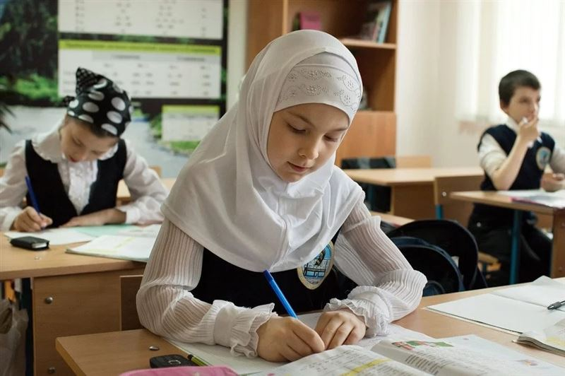 Хиджаб киген оқушылардың ата-аналарына айыппұл салынды