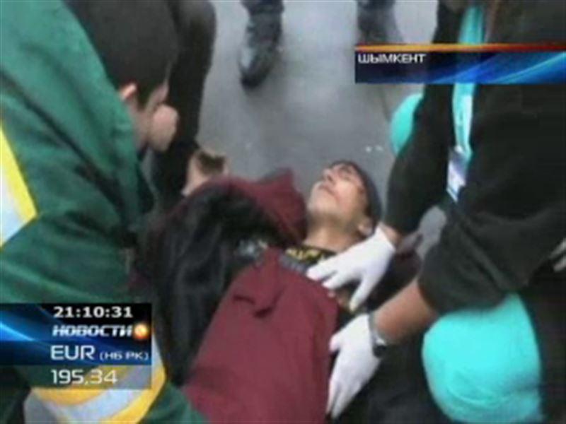 В Шымкенте спасатели вызволяли монтажника, угодившего в зазор между домами