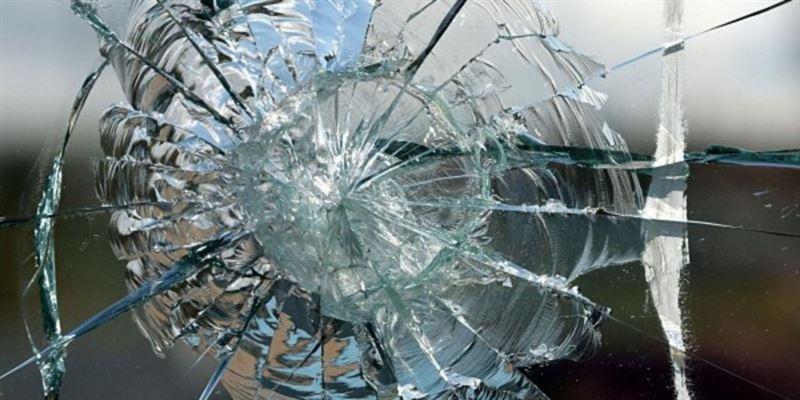 Алматыда дүкен терезесін қағып өткен Rolls-Royce жүргізушісін жындыханаға жапты