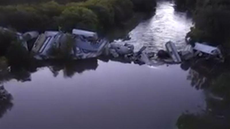 Мост не выдержал: Грузовой поезд рухнул в реку в Айове