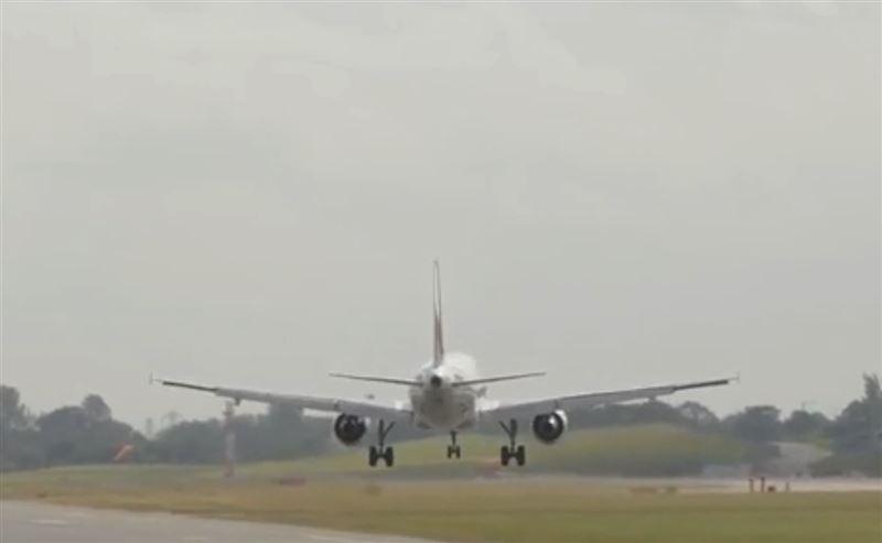 Порывы ветра снесли самолет с посадочной полосы