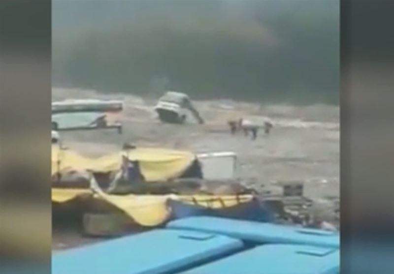 Потоком воды автобус унесло в реку в Индии