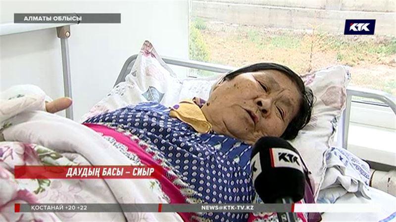 Алматыда жасөспірім  қыз 71 жастағы кейуананы  сабап тастады