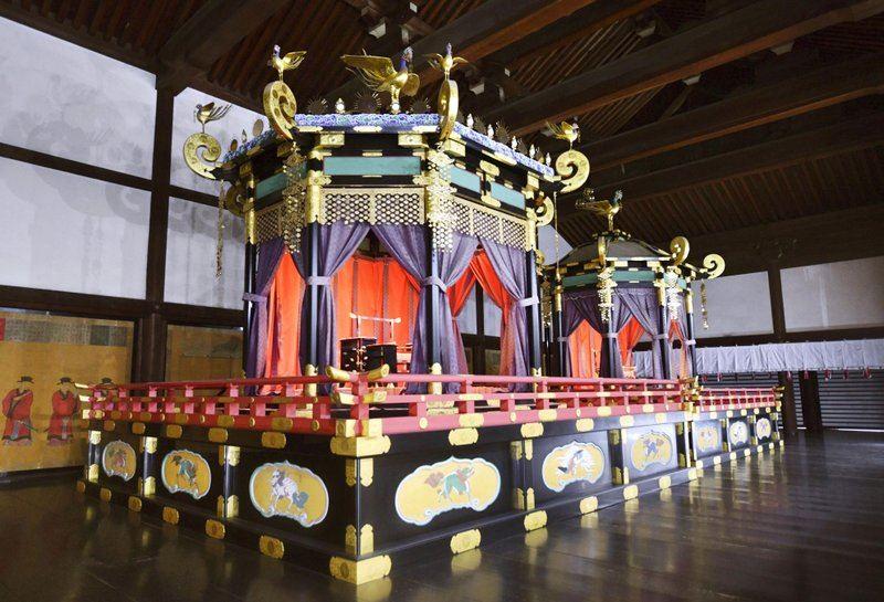 Трон весом 8 тонн привезли в Токио для церемонии