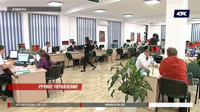 Казахстанцам снова предложат отдать пенсии в частные руки