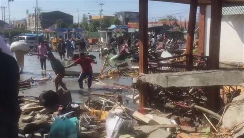 Индонезия: от землетрясения и цунами погибло более 800 человек