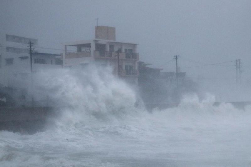 Тайфунға байланысты 900-ден астам әуе рейсі тоқтатылды