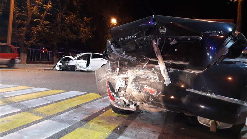 ФОТО: Алматыда жүйіткіген Nissan үш көлікті қақты