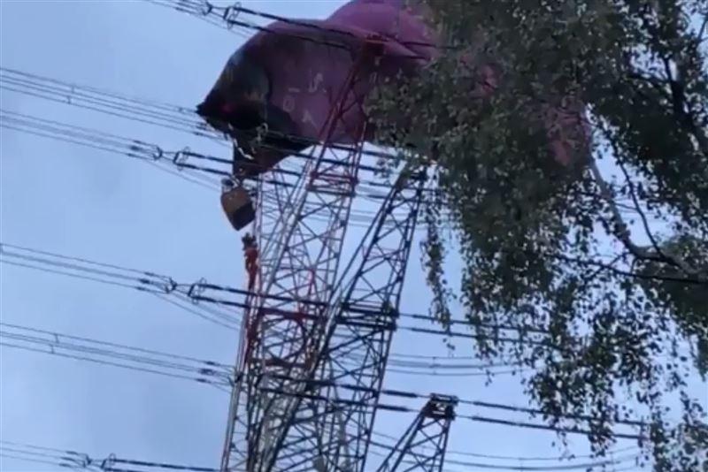 В Германии воздушный шар застрял в высоковольтных линиях