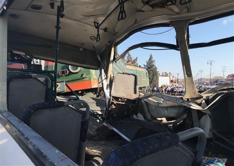Поезд врезался в пассажирский автобус в Баку