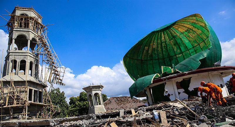 Тела 34 детей нашли под завалами храма после цунами в Индонезии