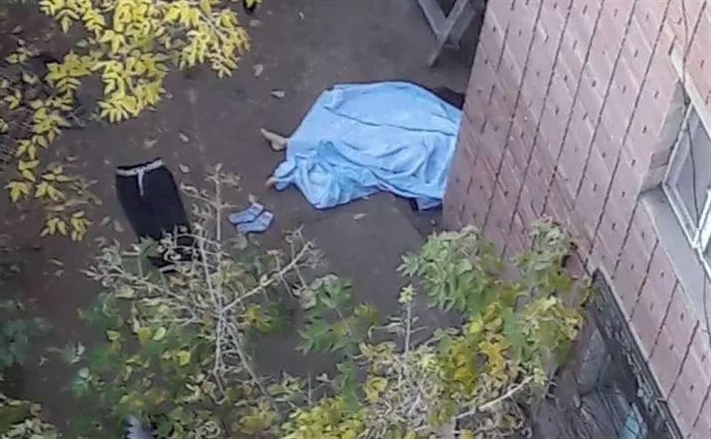 Женщина и ребенок выпали из окна многоэтажки в Семее