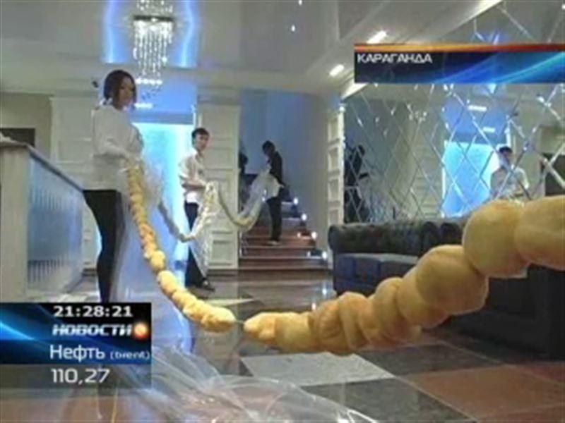 Карагандинские рестораторы испекли самый длинный баурсак