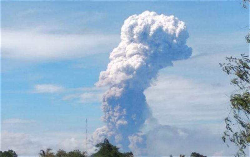Вслед за землетрясением и цунами в Индонезии начал извергаться вулкан