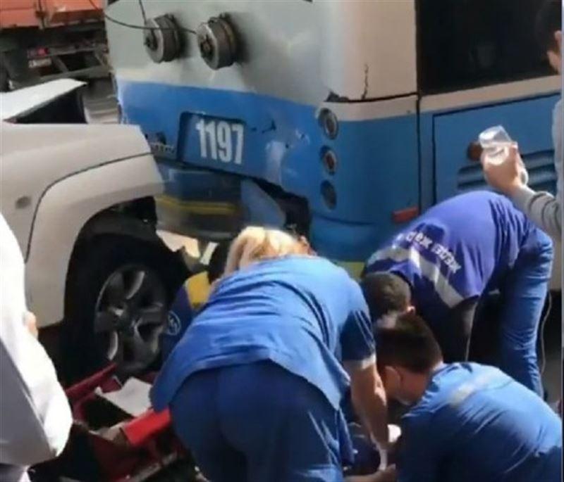 Алматыда ер адам троллейбус пен джиптің ортасында қысылып қалды