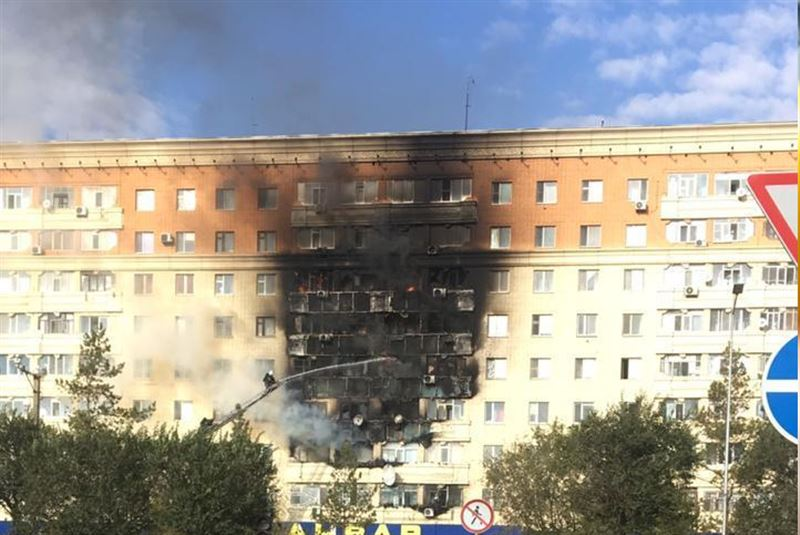 В Актобе девятиэтажный дом охватило огнем