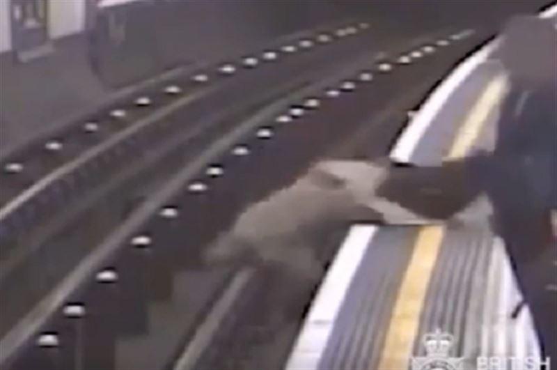 В Лондоне толкнули на рельсы 91-летнего бывшего главу Евротоннеля