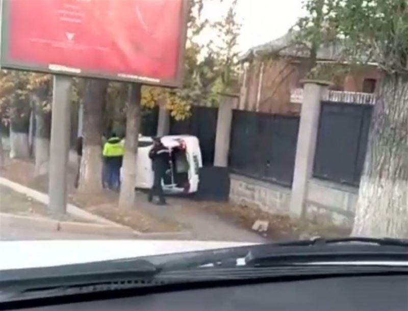 Алматыда Toyota Camry жолдан ұшып кетті