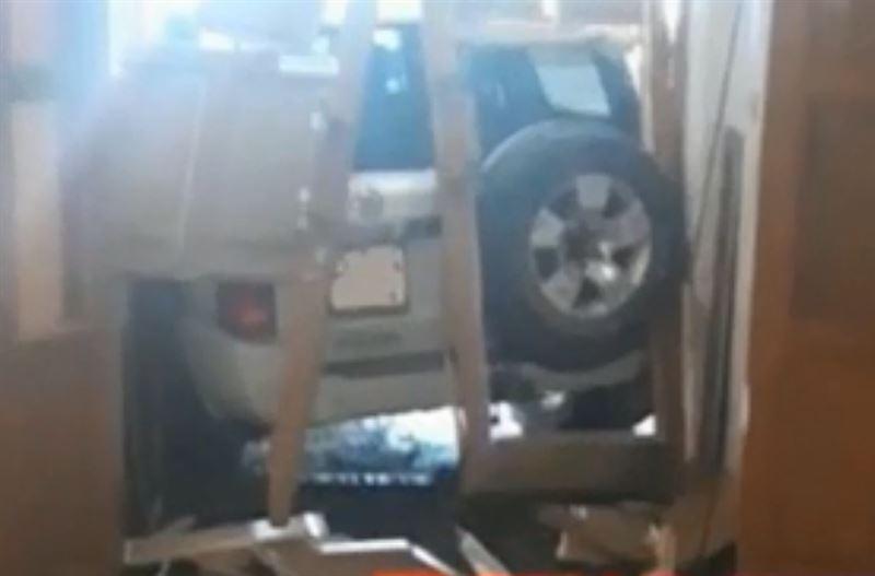 Лихач, въехавший в здание акимата в Актобе, заплатит миллионный штраф