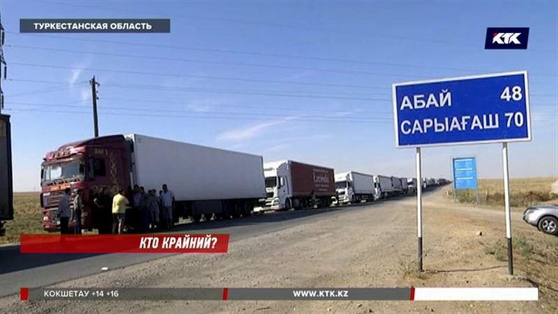 На казахстанско-узбекской границе скопление фур в 6 километров