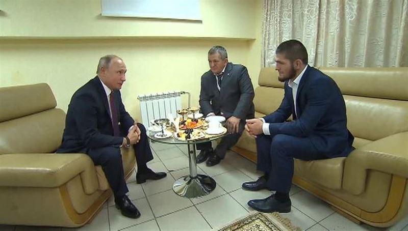 Путин попросил отца Хабиба Нурмагомедова не наказывать строго сына за драку
