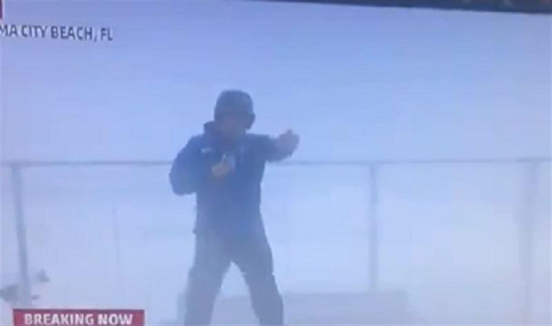 Метеоролог едва не погиб в прямом эфире во время урагана